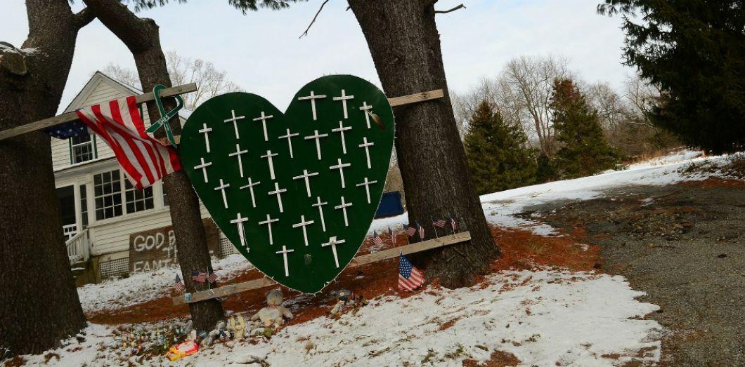 Mémorial pour les victimes de la fusillade de l'école de Sandy Hook, à Newtown dans le Connecticut. | Emmanuel Dunand / AFP