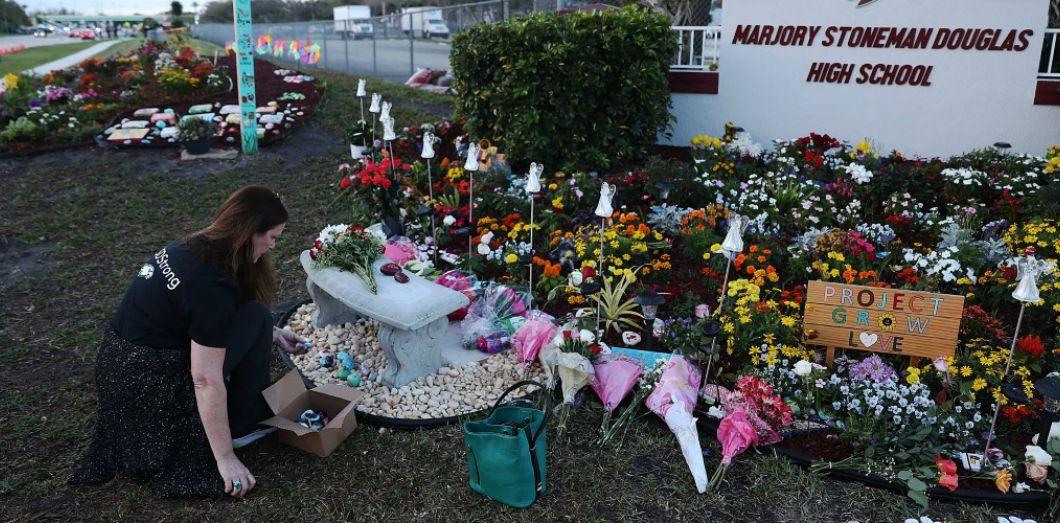 Un mémorial aux victimes de la fusillade de Parkland en Floride, le 14 février 2019 | Joe Raedle / AFP