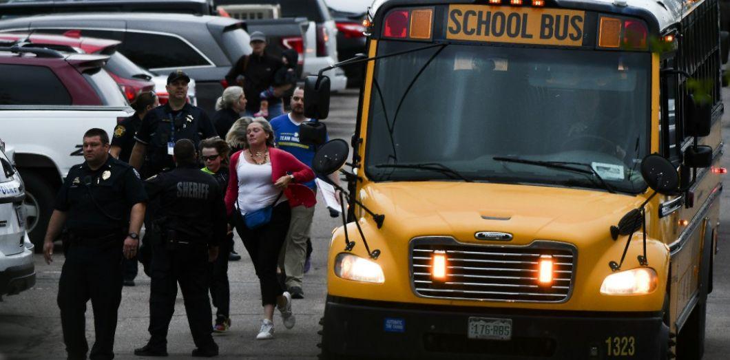 Des personnes évacuées après une tuerie dans une école de Highlands Ranch dans le Colorado, le 7 mai 2019. | Michael Ciaglo / AFP