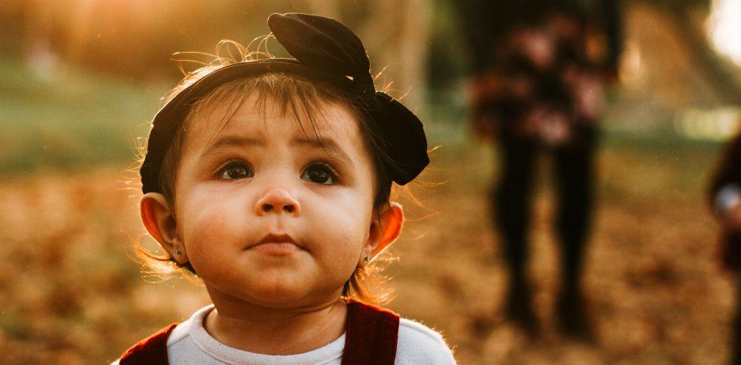 Si l'on pouvait mettre des bébés de 15 mois dans une pièce avec des extraterrestres, leur cerveau pourrait leur donner une longueur d'avance. | Omar Lopez via Unsplash License by