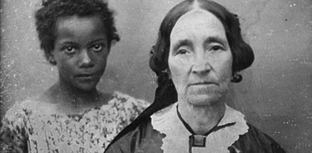 Une femme de la Nouvelle-Orléans avec sa jeune esclave, dans les années 1850 | The Burns Archive via Wikimedia Commons