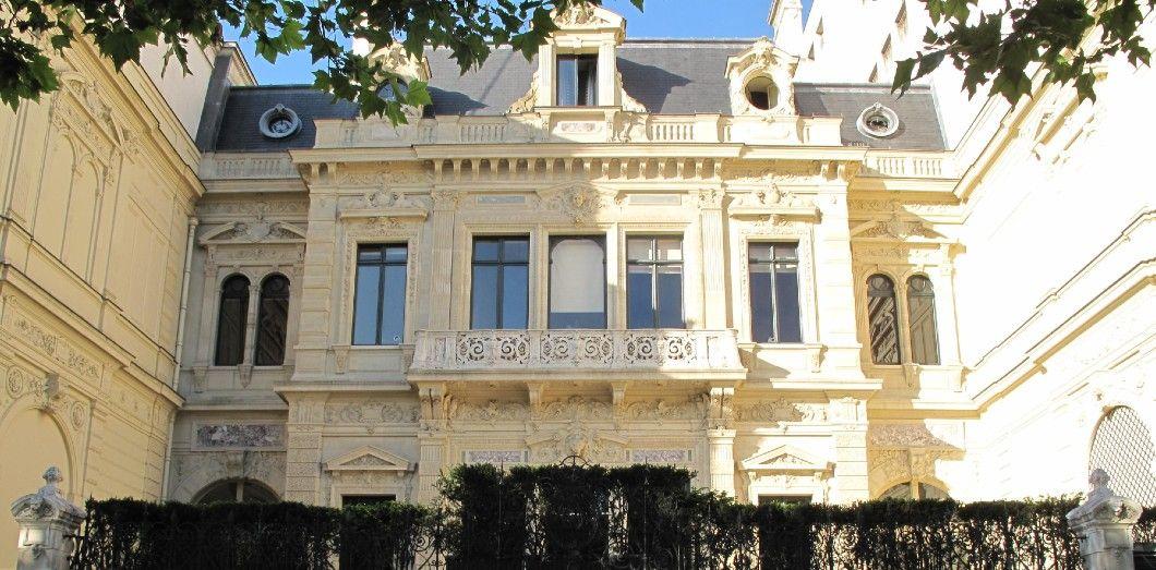 Ce discret monument historique sur les Champs-Élysées appartenait à une célèbre courtisane. Alexandre Dumas fils ironisa dans Le Figaro à son propos:«C'est presque fini, il ne manque que le trottoir.»   Tangopaso via Wikimedia Commons