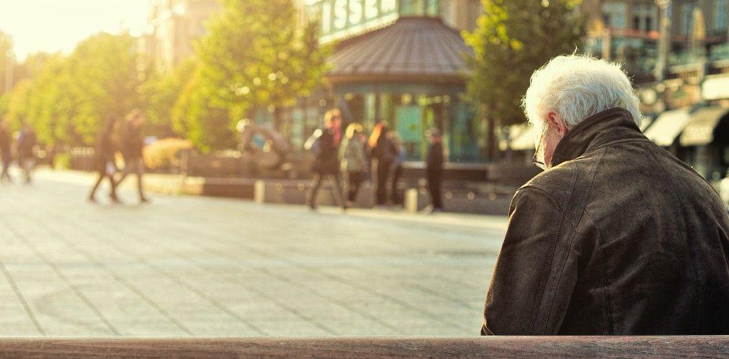 L'isolement touche beaucoup de personnes âgées, et les LGBT+ en particulier. | Huy Phan via Unsplash