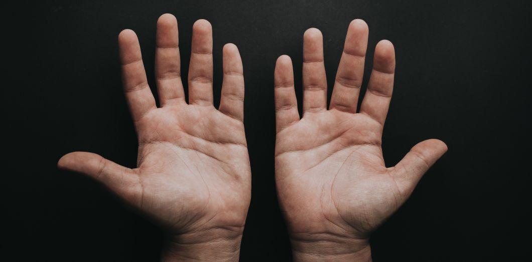 Chris Long possèdedeux séries d'ADN dans son corps. |Luis Quintero via Unsplash