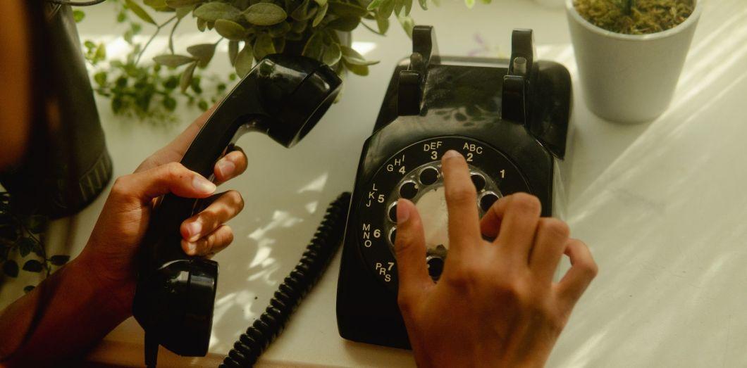 L'aspect esthétique des téléphones à cadran en fait des objets convoités dans les brocantes. | Wesley Hilario via Unsplash