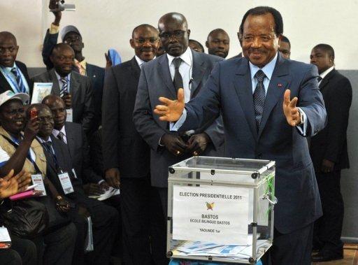 <br /><br /> Le président camerounais sortant Paul Biya vote le 9 octobre 2011 à Yaoundé AFP/Archives Seyllou