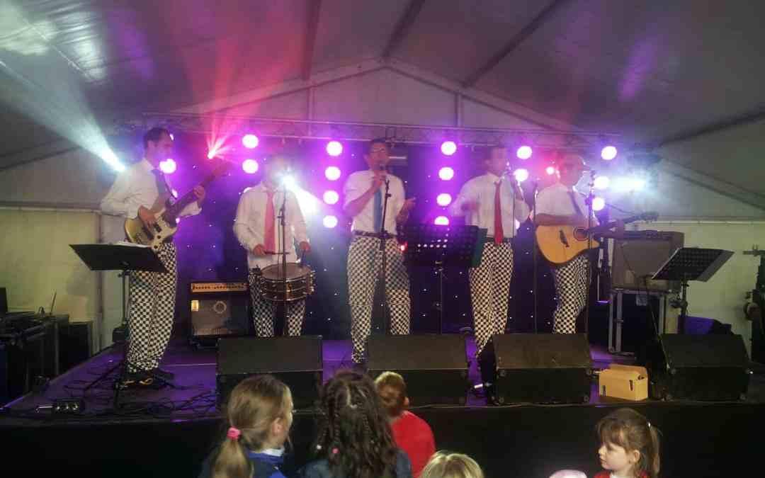Officiële pakkenpresentatie Slechte Band tijdens Lakenfeesten