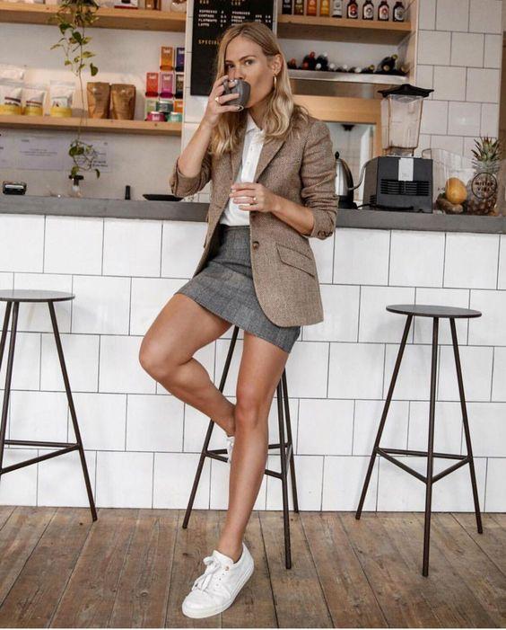 Comment porter les baskets ? - Sleepy Kate Porter les baskets avec un blazer et une jupe #style