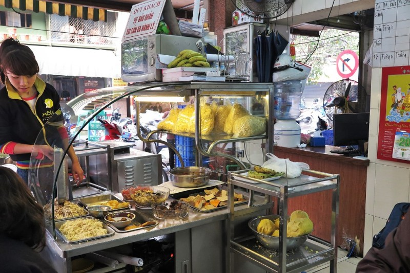12:00 pm: the front food preparation area at Xoi Yen
