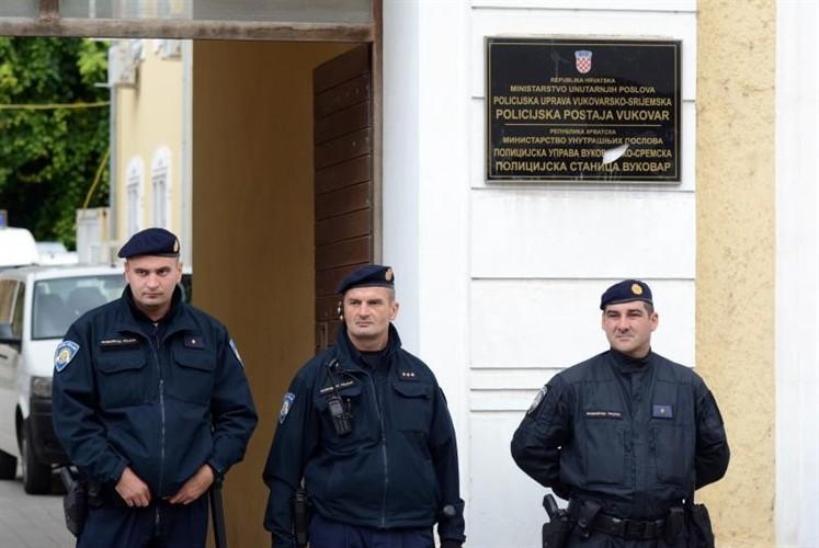 dvojezične ploče vukovar stožer za obranu hrvatskog vukovara ćirilica ovčara