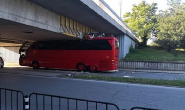 Македонски автобус остана без покривот во Пловдив