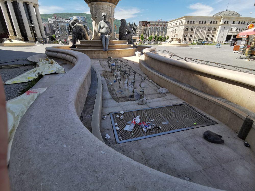 """Водата во фонтаните наскоро ќе потече, а дотогаш ќе ги """"разубавува"""" ѓубрето"""