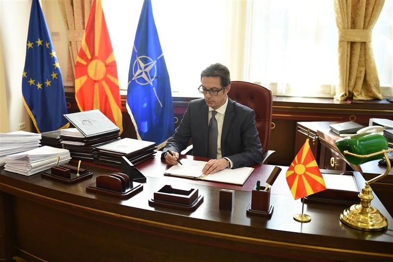 Пендаровски потпиша четири системски закони и Законот за енергетика