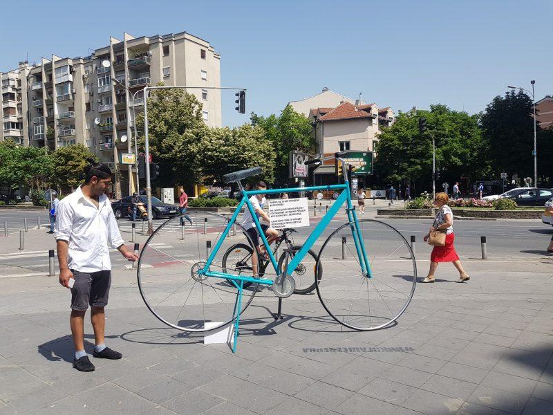 Гигантски велосипед во центарот на Скопје