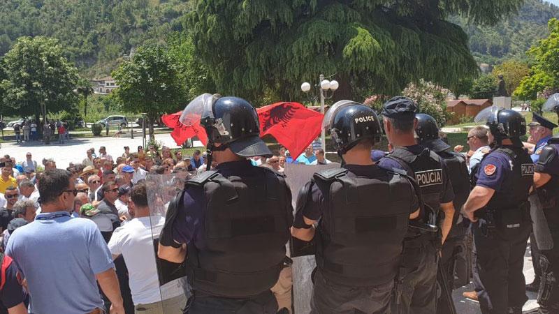 """""""Изборна војна"""" во неколку општини во Албанија, има и повредени"""