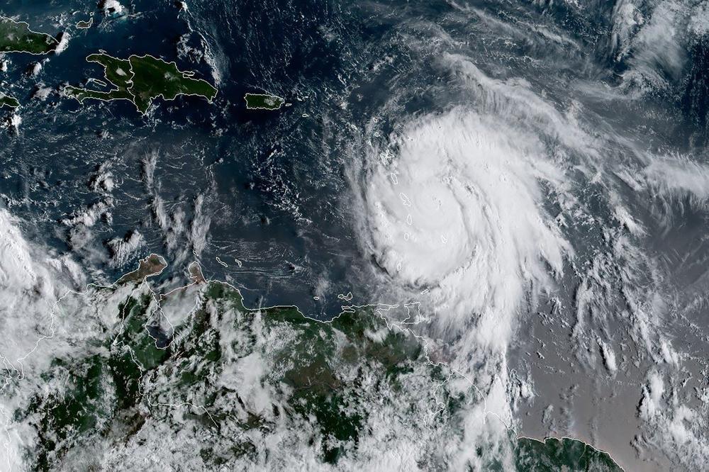 Ураганот Умберто засилен се приближува до Бермудските Острови