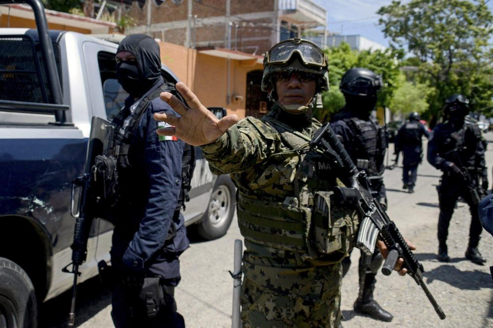 ВЛЕТАЛ ВО БАР НА ПЛАЖА И ГИ ИЗРЕШЕТАЛ ГОСТИТЕ, 4 мртви и 7 ранети во Акапулко