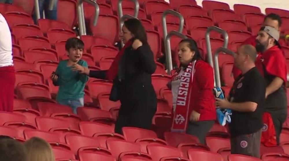 ПОТРЕСНО: Дете плаче додека противничките навивачи му го кинат дресот!