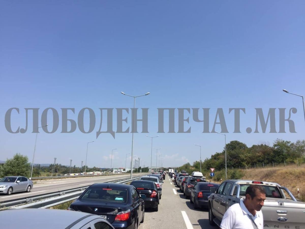 Големи колони за влез во Србија