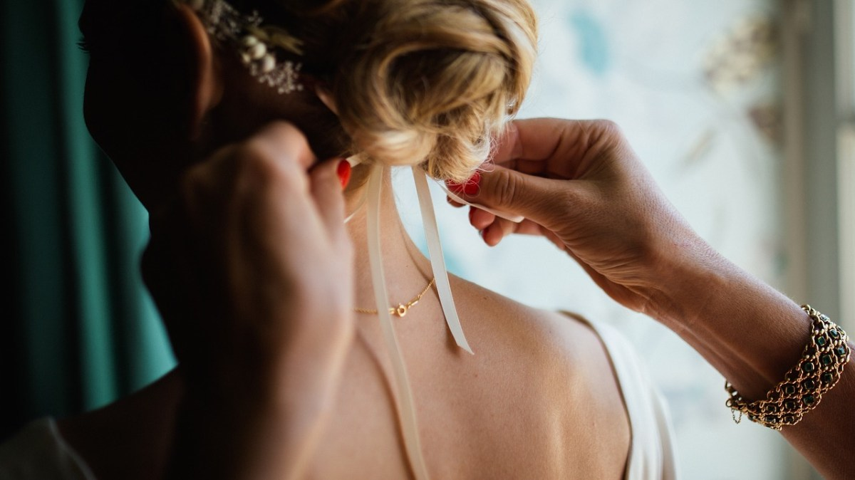 Нов тренд: Венчаница-комбинезон за невести со гол задник