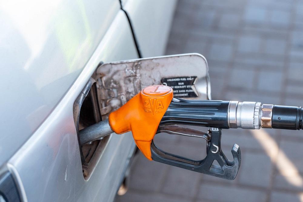 Бензините од полноќ ќе поевтинат за половина денар