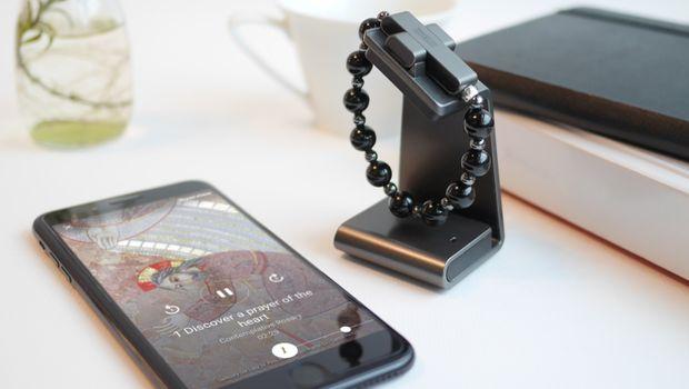 Ватикан ја претстави паметната бројаница која се поврзува со телефонот и го олеснува молењето (ФОТО)