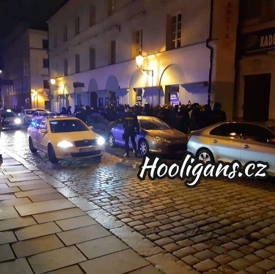 Одмазда за пречекот во Приштина, Чесите ги нападнаа навивачите на Косово (ВИДЕО)