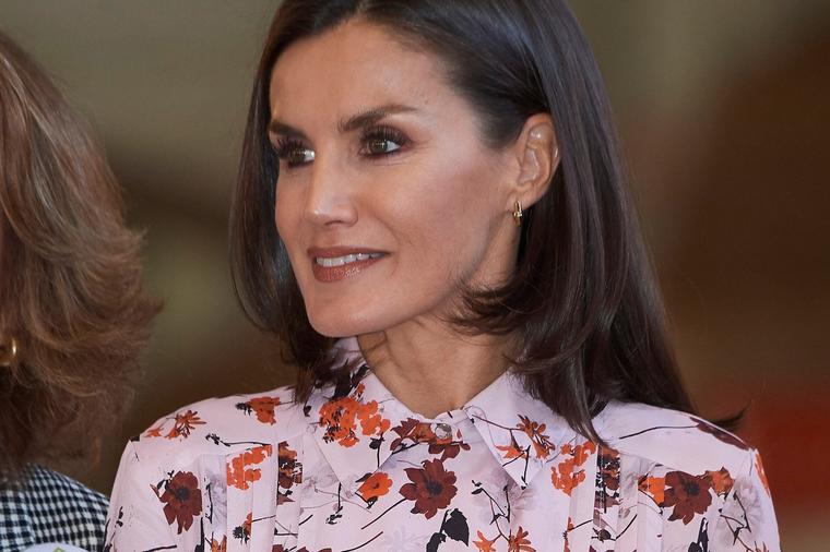 Кралицата Летиција не знае да погреши: Еве како се носи овој прекрасен фустан со есенски мотиви!