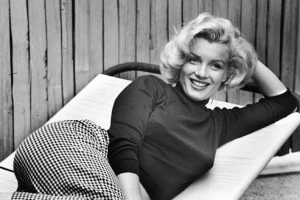 ТАЈНАТА НОЌ КОГА МУ ПЕЕШЕ НА КЕНЕДИ Мерлин Монро носеше долг фустан, а под него…