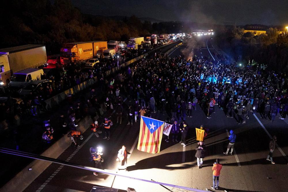 ИЛЈАДНИЦИ ВОЗИЛА ЗАГЛАВЕНИ ВО КАТАЛОНИЈА: Сепаратистите блокирале автопат, поставиле и барикади