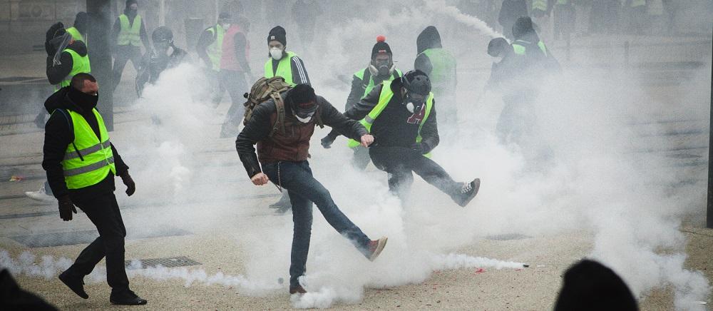 """Париз: Затворени метро станици поради """"можни демонстрации на """"Жолтите елеци"""""""
