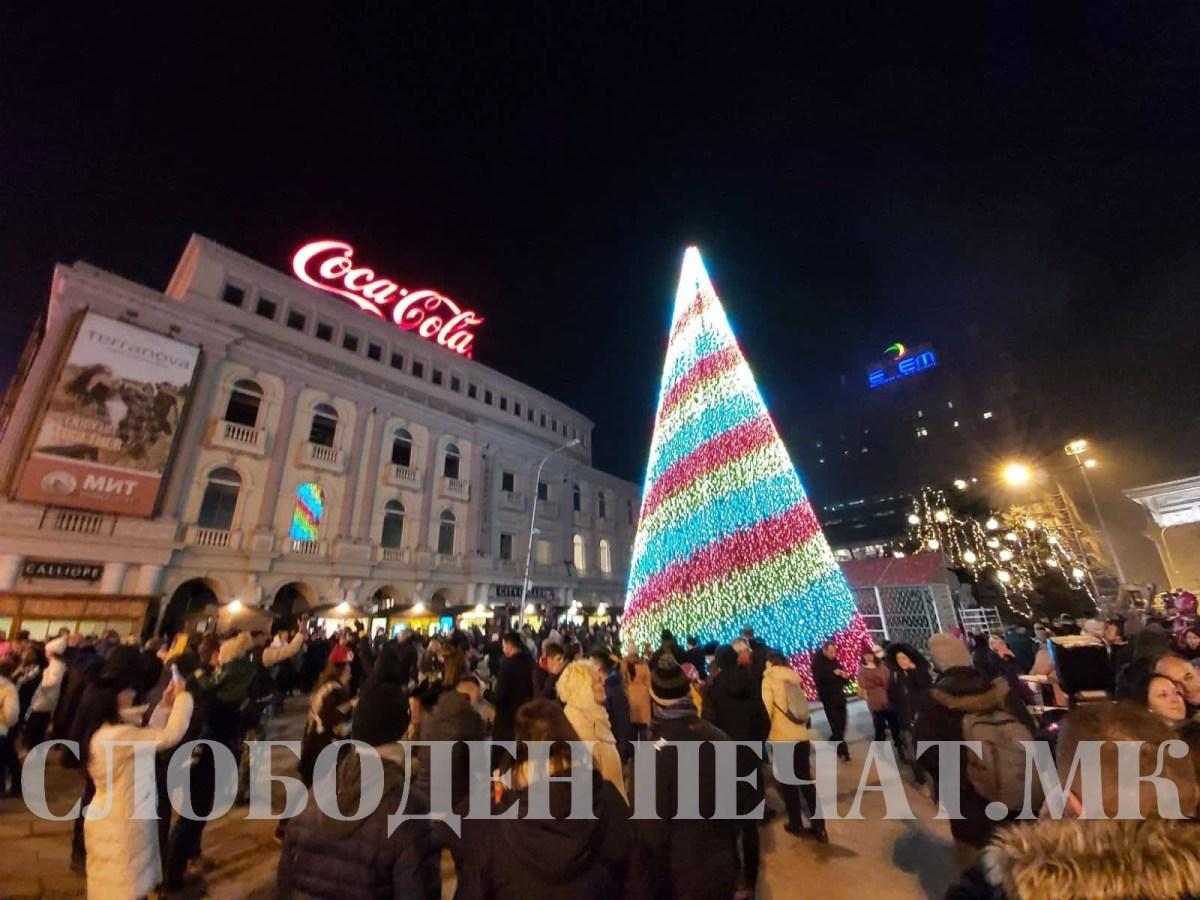 Радост и восхит кај сите дечиња: Светна новогодишната елка на плоштад