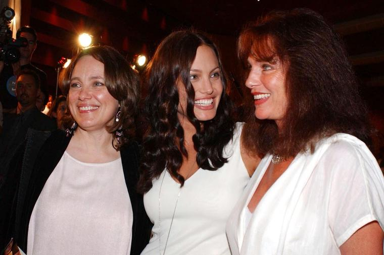Погледнете како изгледала мајката на Анџелина Џоли: Необичната убавина навистина ја наследила од неа!