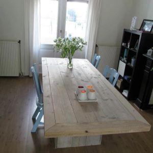 Tafel van steigerhout met verstek lijst en blokpoten