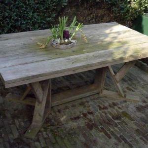 Tafel van steigerhout met creatief onderstel
