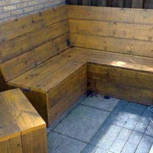 Hoekbank van steigerhout met bijzettafel