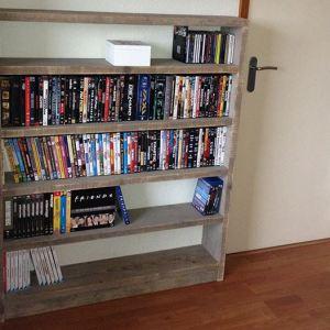 Lage boekenkast of dvd-kast kast van steigerhout