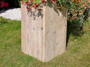 Pilaar van steigerhout laag