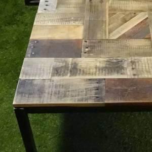Salontafel speels eiken sloophout blad met stalen onderstel