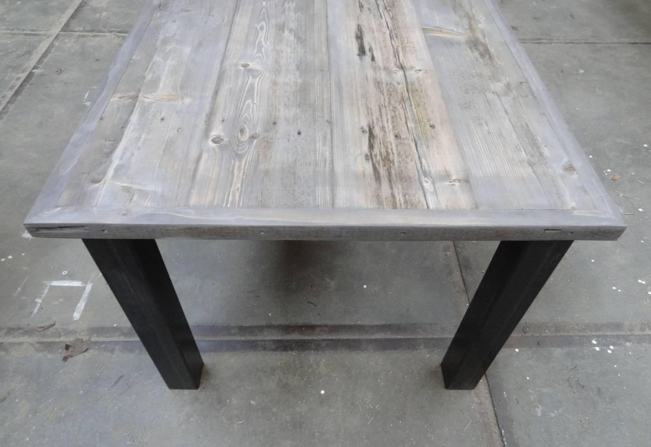 Tafel met verlijmd grenen grey wash blad en stalen losse poten