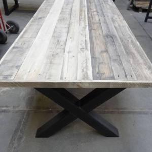 Tafel met sloophout breed blad en stalen kruis onderstel