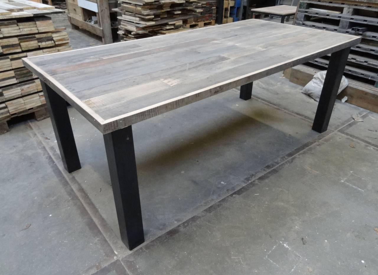 Tafel Stalen Poten : Prachtige tafel met eiken boomstamblad en robuuste stalen poten