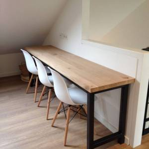 Werktafel met rustiek eiken blad en stalen onderstel met tussenstang