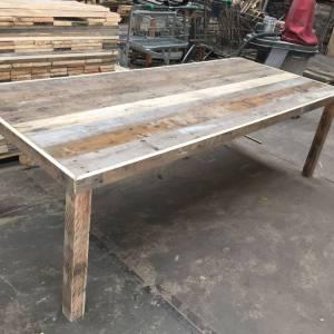 Tafel van sloophout met versteklijst