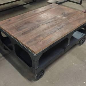 Salontafel met Burnt Oak blad en industrieel en robuust onderstel van staal