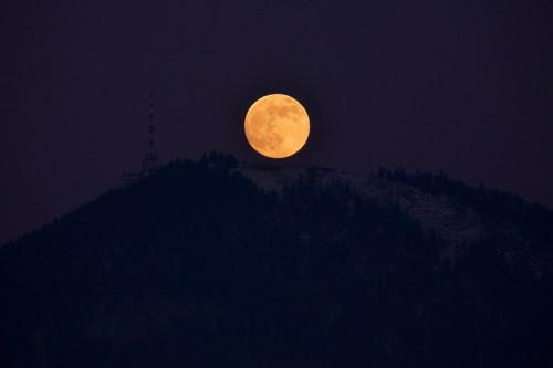 Gaisberg_and_rising_full_moon
