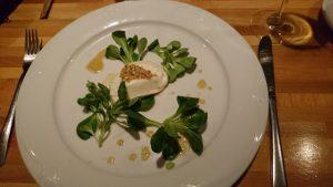 Bregenzerwälder Ziegenfrischkäse mit Honig und Nüssen gratiniert, auf Feldsalat mit modeneser Dressing
