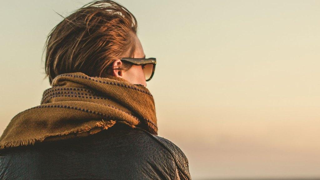 frau-schal-sonnenbrille-nach-vorne-schauen