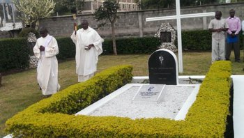 Ngong-VG-blesses-grave-2