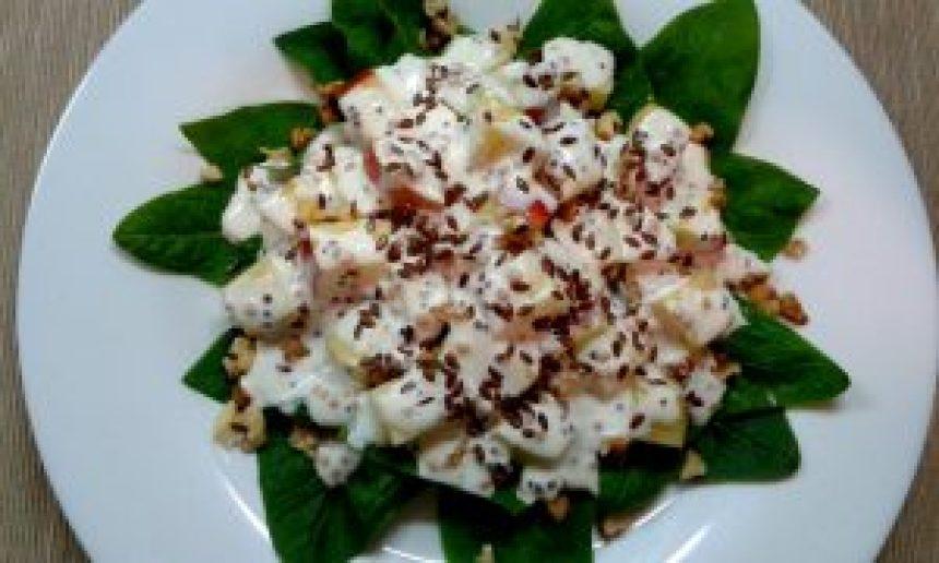 Салат зі шпинатом, яблуком і горіхами